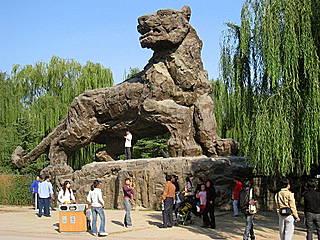 Tigerstatue im Beijing Zoo.